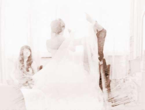 梦见自己和别人结婚了---表明在现实中,自己对于感情可能有一些迷茫,自己期待结婚,但是又怕结婚后,面临的各种各样的问题,自己一下子无法接受,其实梦者是多虑了,其实有很多人都说过,结婚就意味着迈入人生的坟墓,既然如此那为什么还都要结婚呢,因为还是有很多人婚后是很幸福的,结婚就意味着新生活的开始、幸福的开始,不过有个前提是两个人能够互相理解、互相信任,真的能患难与共。
