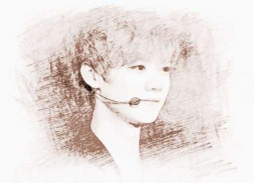 鹿晗(LU HAN),1990年4月20日出生于北京海淀区,中国内地男演员、歌手。2008年赴韩国留学期间在明洞逛街时被韩国SM娱乐公司星探发掘,签约成为旗下练习生。2012年4月以EXO组合主唱、领舞、门面担当身份正式出道。2014年出演首部电影《重返20岁》,获2015年第22届北京大学生电影节最受欢迎男演员奖。2014年8月个人微博单条评论创吉尼斯世界纪录,成为中国中文社交媒体上首位吉尼斯世界纪录获得者。同年10月申请与SM公司合同无效 。2015年3月,出演悬疑电影《我是证人》担任男主角;3月12