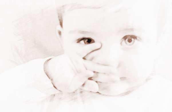小孩感冒鼻塞怎么办   小孩感冒鼻塞及时措施   1、流清鼻涕,小儿哭闹、情致悲哀会侵犯肺气,导致流鼻涕,不用管,多喝水就可以。   2、遇风寒,寒气初入,打喷嚏流清鼻涕,如果刚发现,立刻大量喝热水或热水擦脸,增强身体御寒能力即可,如果时间长了,或寒气已经闭塞毛孔,汗不能出,只流鼻涕,可以用姜、葱白、桂皮等热性食物煮水,产热发汗,去除寒气。   3、鼻涕流时间长导致伤津,体内生热,或身体抵抗基本成功,鼻涕会变粘稠,此时多喝热开水就可以。   4、鼻涕变黄,使用热药过头、病时间过久、病后阴虚导致虚火上浮,